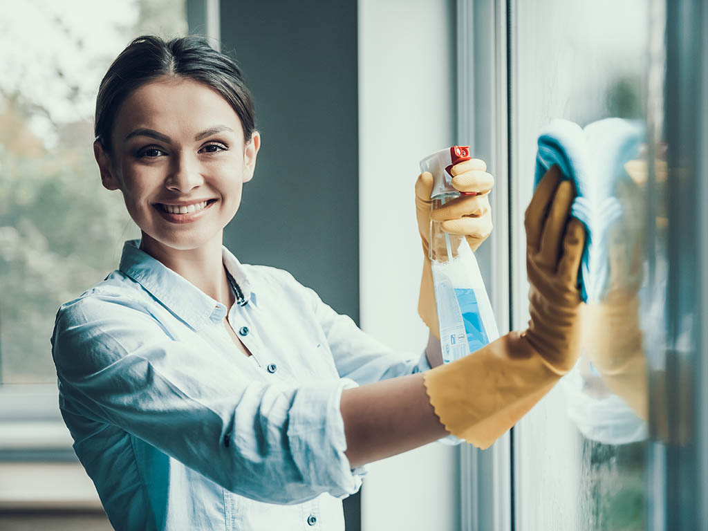 3 Factors to Consider When Deciding to Clean Your Home or Hiring a Professional Cleaning Service